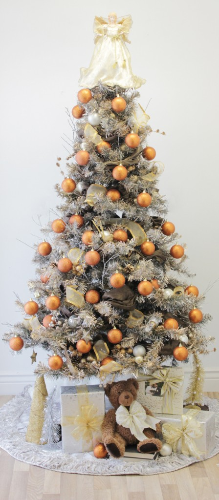 How to decorate a christmas tree with designer style for Modern gold christmas tree
