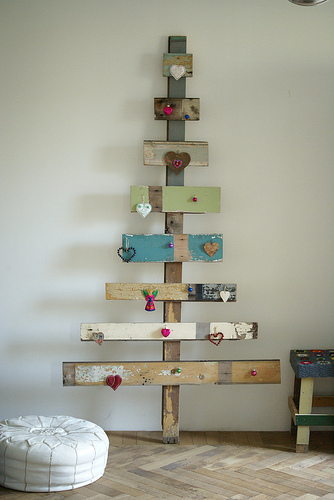 upcycle-eco-friendly-christmas-tree-fun-cute-rustic-decoration-idea-wood